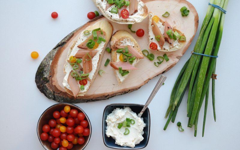 Eingelegter Rhabarber auf Tahin-Frischkäse-Brot