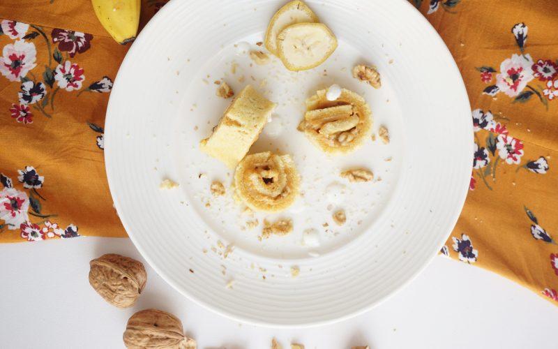 Mini-Roulade mit karamellisiertem Joghurt und Banane