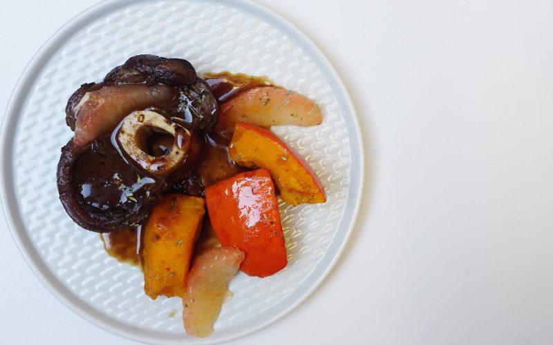 Osso bucco vom Hirsch mit confiertem Kürbis und Grapefruit