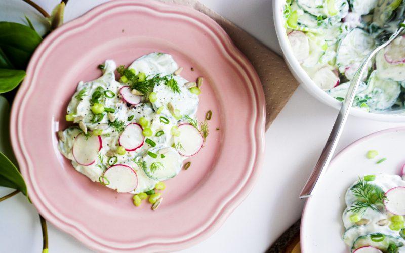 Gurkensalat mit Radieschen und Schmand-Dill-Dressing