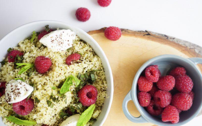 Cous-Cous-Salat mit Mohndressing, Himbeeren, Labneh und Minze