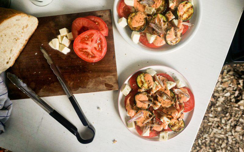 Gegrillter Zucchini-Salat mit Schalotten, Tomaten, Mozzarella und Ajvar-Joghurt