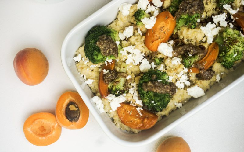 Hirsepfanne mit Brokkoli, Aprikosen und Haselnussbutter
