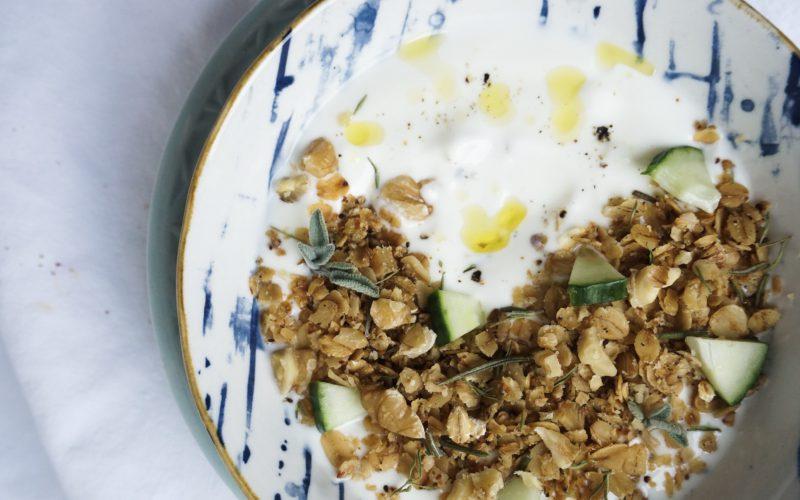 Knoblauchjoghurt mit salzigem Kräuter-Granola